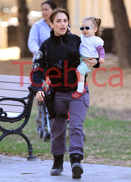100405 Amy Jo Johnson & Daughter EXCL JW006
